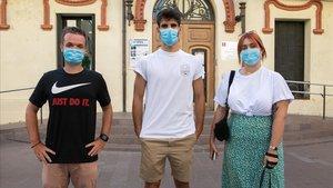 Oriol Roig, Arnau Riera e Irene Jurado, ante el ayuntamiento de Montcada.