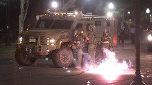 Disturbios entre los manifestantes y la policía en Kerosha, Wisconsin.