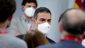 Pedro Sánchez charla con los periodistas trassu comparecencia ante los medios el pasado 25 de agostoen la Moncloa.