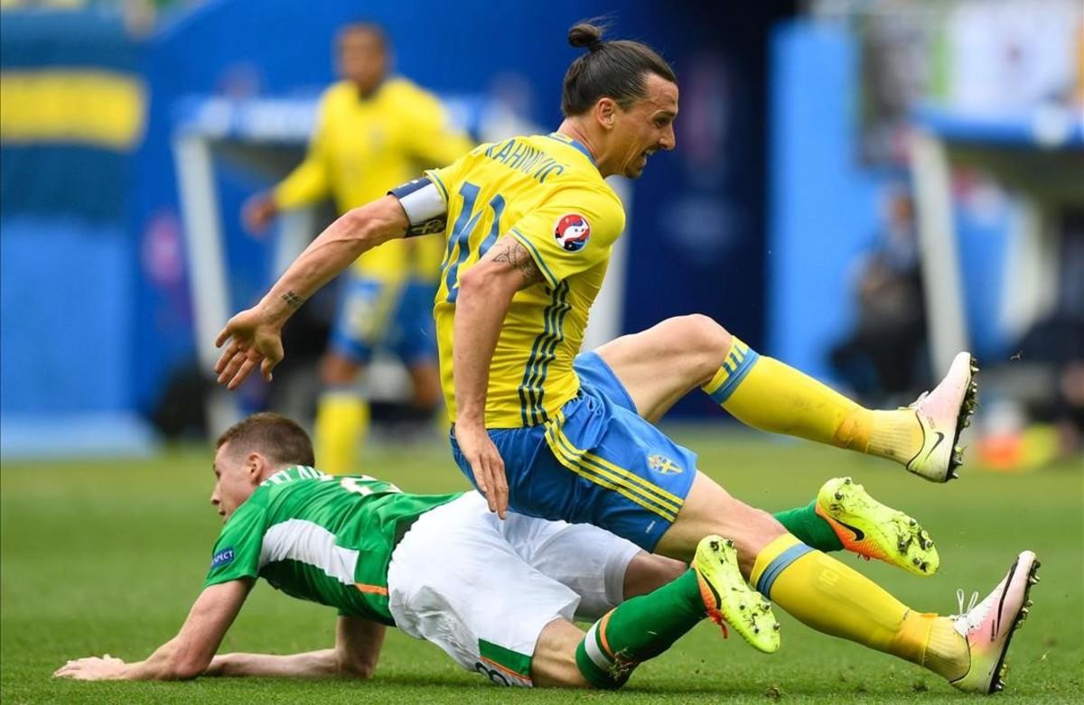 Zlatan Ibrahimoviccae sobre James McCarthy durante el partido dela Eurocopaentre Irlanda y Suecia.