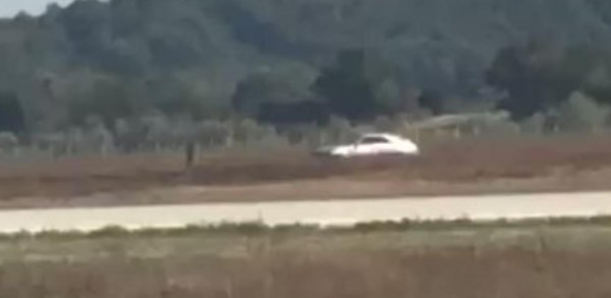 Una imagen del coche que ha logrado irrumpir dentro de las pistas del aeropuerto de Lyon.