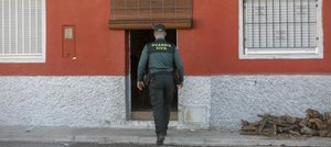 Entrada de la vivienda donde un hombre ha sido asesinado a golpes con un tronco de leña.