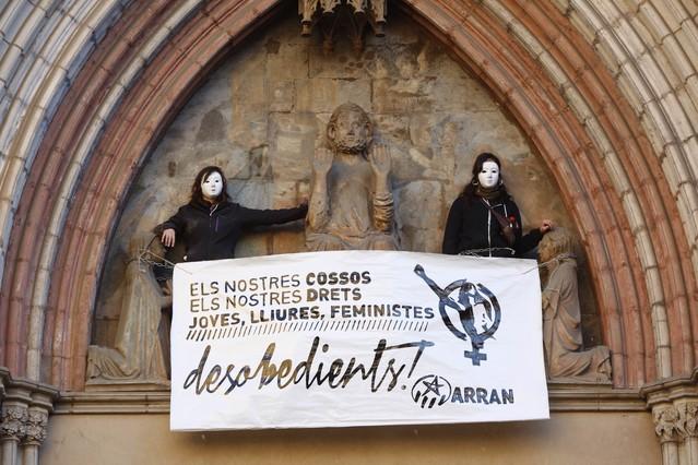 Dues activistes d'Arran s'han encadenat a Santa Maria del Mar per protestar contra la llei de l'avortament