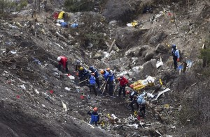Gendarmes i investigadors, entre les restes de lavió estavellat als Alps.