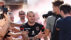 zentauroepp39591404 newly signed dutch midfielder wesley sneijder reacts as he a170808105427