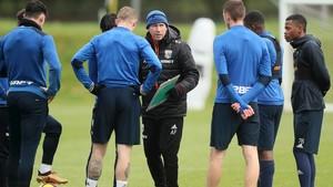 Alan Pardew da instrucciones a sus hombres en un entrenamiento del West Bromwich Albion.