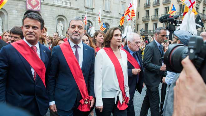 Ada Colau, junto al resto de concejales, se dirige entre abucheos del ayuntamiento de Barcelona al Palau de la Generalitat, este sábado tras la investidura.
