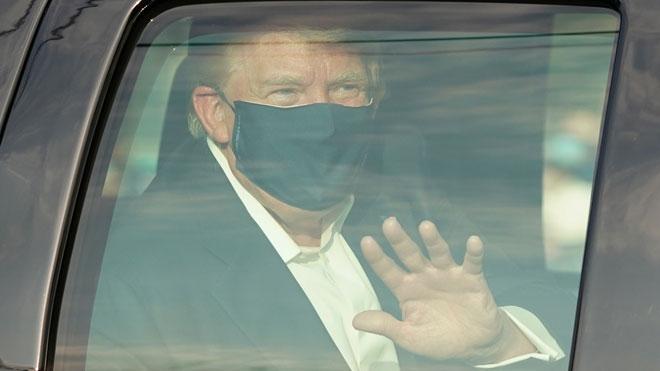 Trump se pasea en coche por las inmediaciones del hospital donde está ingresado