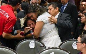 CIUDAD DE MEXICOMEXICO- Legisladores reconfortana la diputada Carmen Medel Palmadel Movimiento Regeneracion NacionalMorenaluego de que recibiera la noticia de que su hija habia sido asesinada.EFE STR