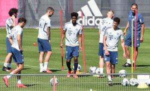 Los jugadores del Bayern durante un entrenamieno reducido este jueves.