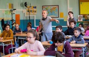 David Ilundáin (de pie) dirigiendo una escena en la escuela.