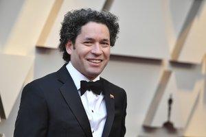 Gustavo Dudamel, quien actuará al frente de la Filarmónica de Los Ángeles en los Oscar, se acordó durante la alfombra roja de su país.