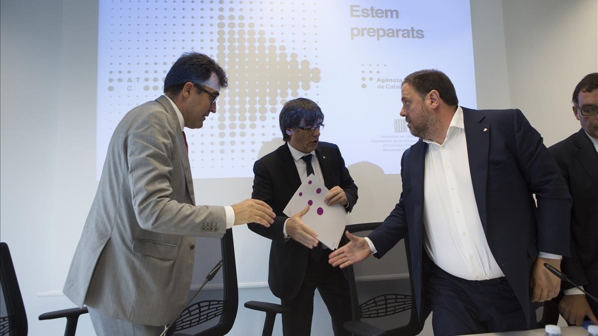Salvadó (izquierda), con el 'president' Puigdemont en el centro, saluda a Junqueras.