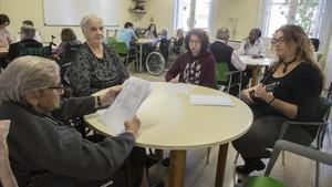 Abuelos y abuelas de la residencia Sant Josep de Cassà de la Selva enseñan canciones tradicionales a los estudiantes