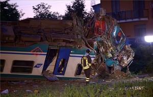 Almenys dos morts i 20 ferits al descarrilar un tren a Itàlia