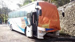 Foto del autobús que colisionó con la furgoneta en la que viajaba un numerosogrupo de peregrinos.