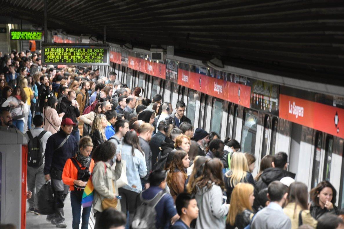 Acumulación de pasajeros en unaestación de metro de Barcelona.