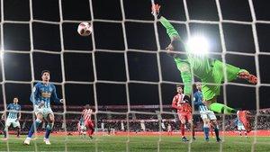 Adán no logra detener el disparo de Choco Lozano, que transformó el gol del empate del Girona.