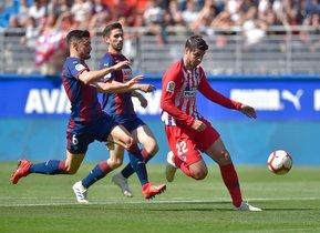 El atlético Morata (d) intenta superar a Jordán en el partido ante el Eibar.