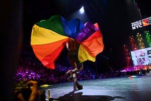 Un drag queen se presenta en el escenario durante la ceremonia de apertura de WorldPride 2019 en el Barclays Center en Brooklyn.