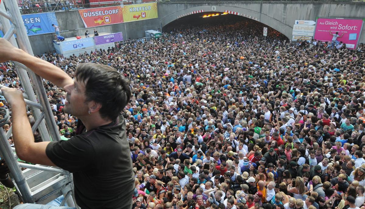 Aglomeración en la fiesta Loveparade, en la que murieron 21 personas y hubo más de 650 heridos tras momentos de pánico colectivo, en Duisburgo en el 2010.