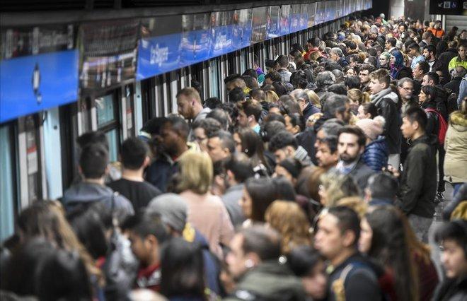 Aglomeración de usuariosdel Metro de Barcelona en la estación de La Sagrera,con motivo de la huelga por la crisis del amianto.