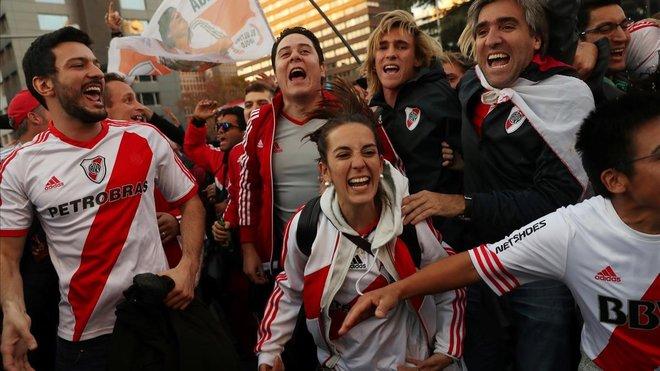 Seguidores de River Plate celebran el título de su equipo.
