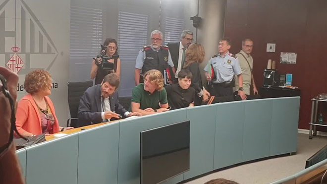 Albert Batlle se reúne con policía y empresarios del Port Olímpic (Barcelona) para tratar el tema de la inseguridad en la zona.