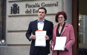 Albert Rivera y Maite Pagazaurtundúa, frente a la Fiscalía.