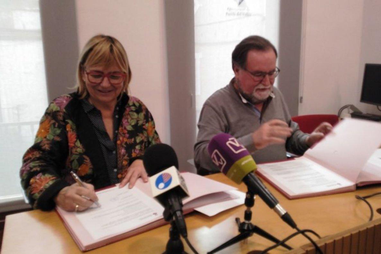 El alcalde de Parets, Francesc Juzgado, y la presidenta de Apindep, Mercè Llauradó, firmando el convenio.
