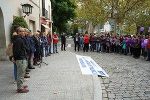 La alcaldesa de Esplugues leyendo el manifiesto contra la violencia machista el pasado domingo