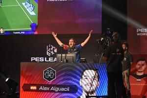 Alex Alguacil en uno de los partidos de la fase final del Mundial de PES