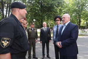 Alexander Lukashenko habla con un oficial del Ejército ucraniano, en Minsk.