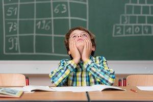 Un alumno en clase frustrado.