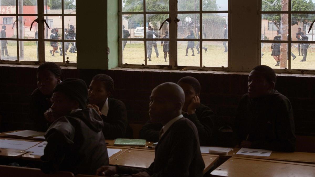 Alumnos siguen una clase sobre el apartheid en una escuela secundaria del pueblo de Worcester, a 120 kilómetros de El Cabo.