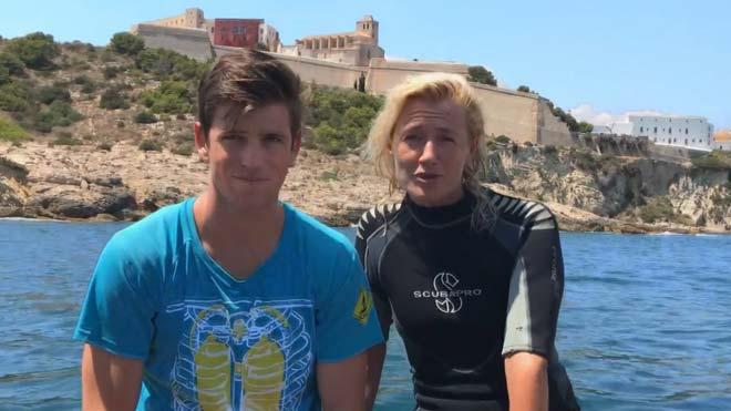 Ana Duato y su hijo defienden las praderas de posidonia en Eivissa.