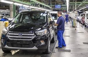 Un operario en la cadena de montaje de la fábrica de Ford Almussafes.