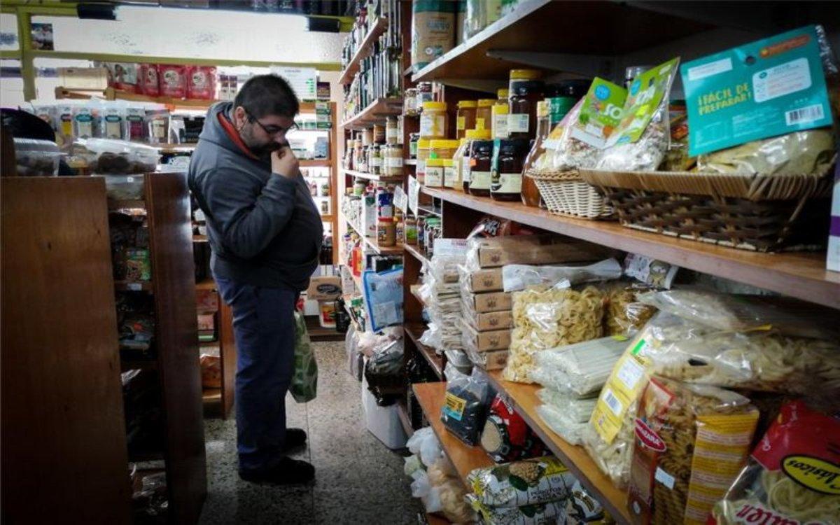 Una persona en Argentina revisa los precios de los productos básicos.