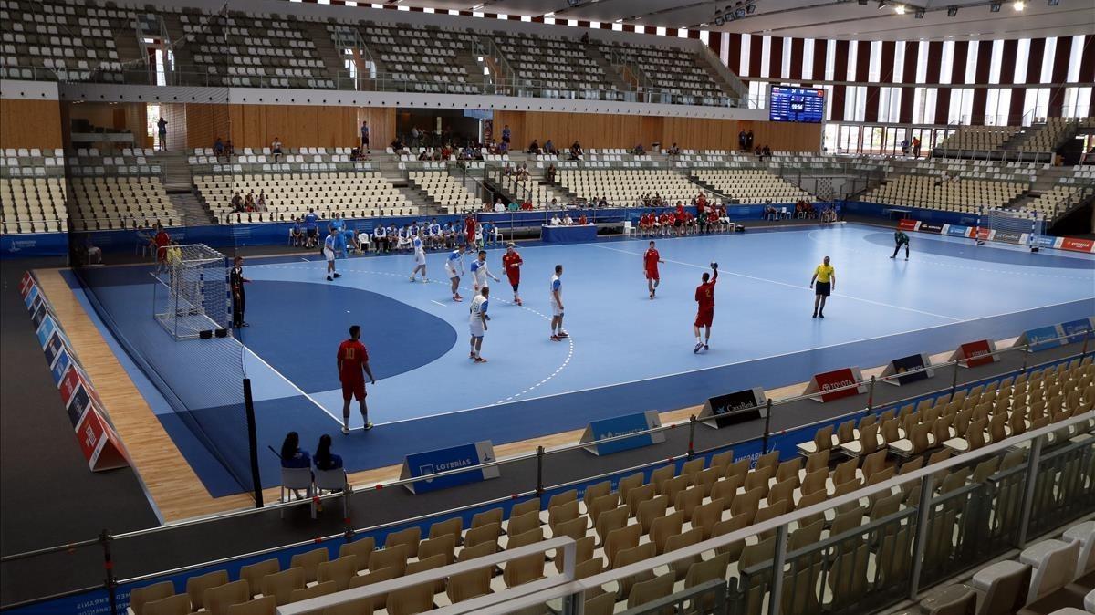 Aspecto desolador del Palau dEsports Catalunya en un partido de balonmano entre Eslovenia y Montenegro.
