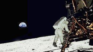 Un astronauta del Apolo 11 en la luna.
