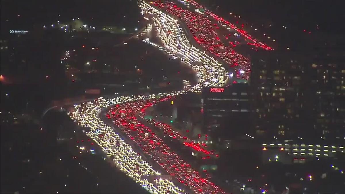 Monumental atasco en Los Ángeles de gente que intenta llegar a su casa para la cena de Acción de Gracias.