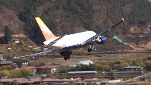 Un avión aterrizando en el complicado aeropuerto de Buthan.