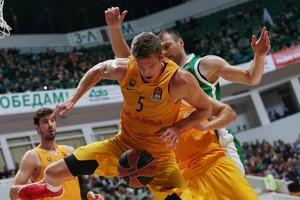 El azulgrana Justin Doellman trata de controlar el balón ante un jugador del Unics Kazan.
