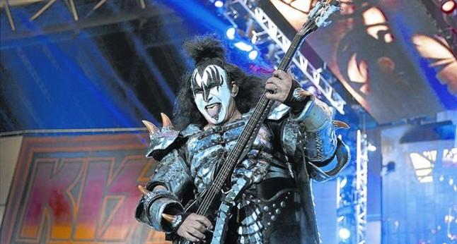 El bajista Gene Simmons enseña su famosa lengua, durante el concierto de Kissen el Palau Sant Jordi.