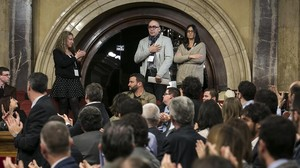 Manuel Barbero y su esposa, padres de la primera victima que denunció abusos en la escuela de los Maristas de Sants-Les Corts, en el Parlament.