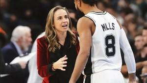 Becky Hammon da instrucciones al jugador de los San Antonio Spurs Patty Mills, en diciembre pasado.