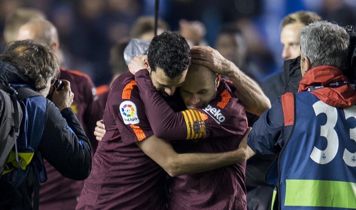 Busquets e Iniesta se abrazan en Riazor.