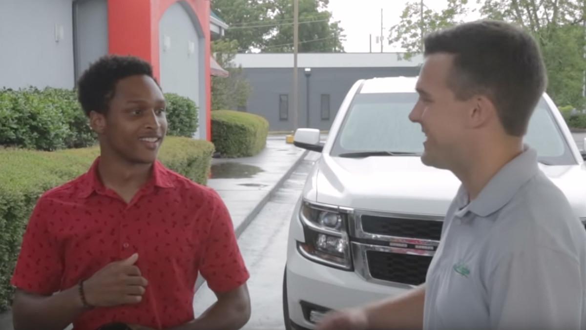 Walter Carr junto a su CEO, Luke Marklin, en el momento en el que le regalan un coche.