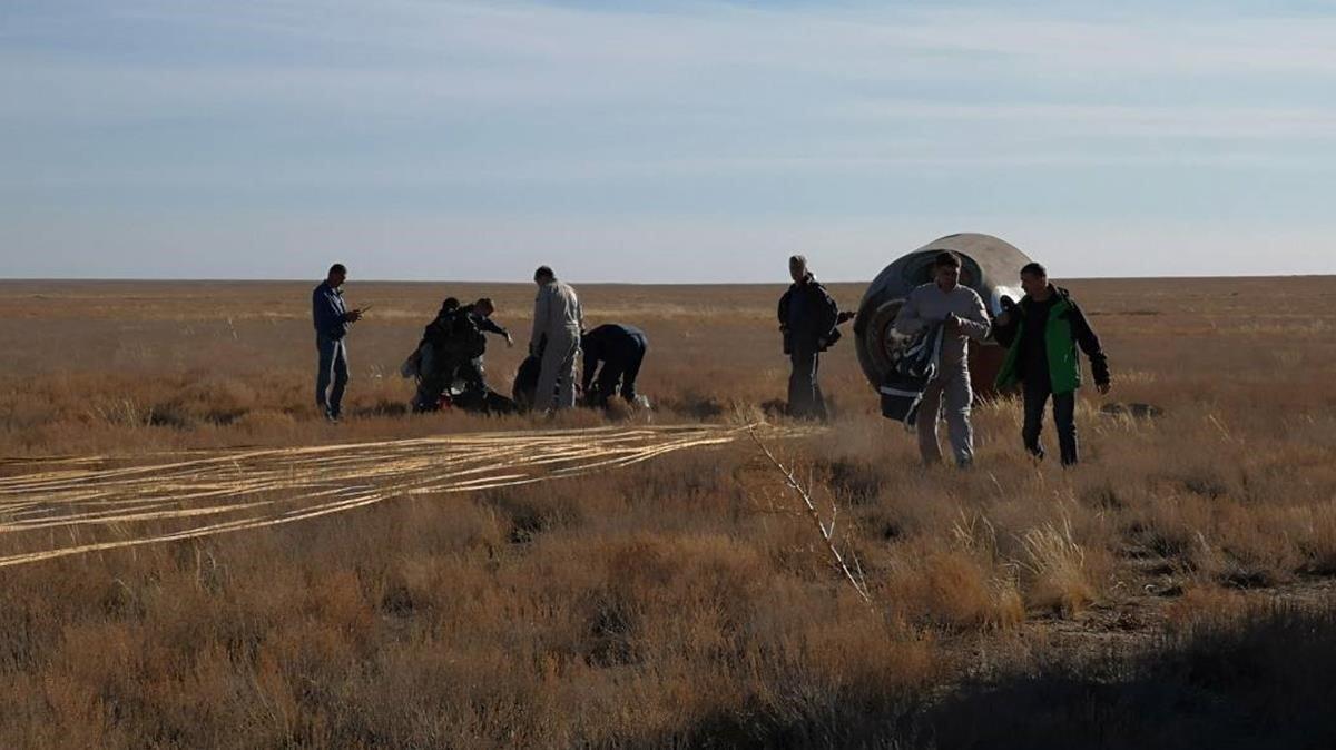 La cápsula Soyuz, tras caer en la estepa.