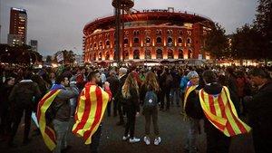 Centenares de personas se concentran en Plaça Espanya.